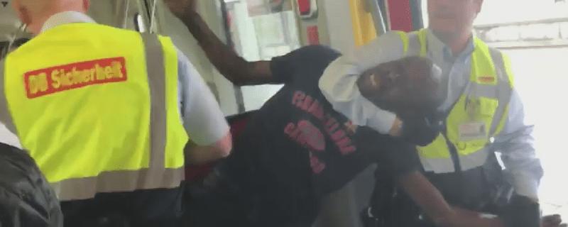 Mitarbeiter der DB-Sicherheit zerren einen Schwarzfahrer aus der S-Bahn, © Foto: Natalija Miletic