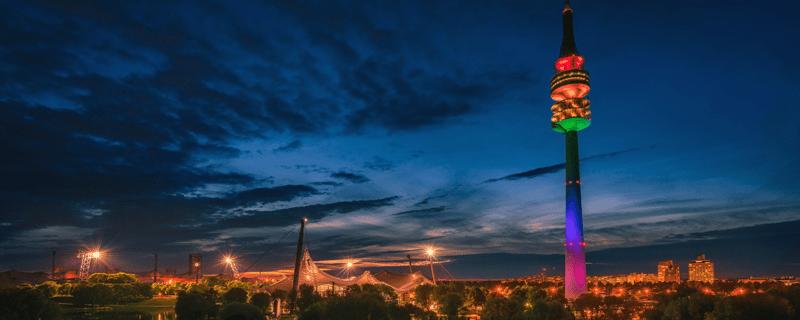 © Der Olympiaturm in Regenbogen-Farben - Foto:  Andreas Bedity Photography