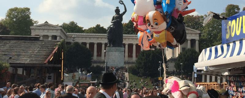 Die Wiesn in München (Oktoberfest) am Fuße der Bavaria an der Theresienwiese