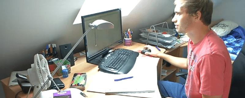 Ein Student lernt an seinem Computer