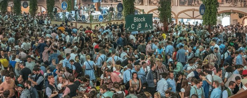Stimmung im Hofbräu-Festzelt auf dem Oktoberfest
