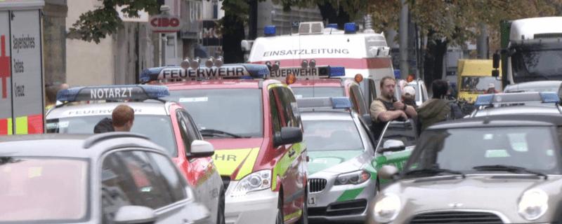 Rettungsfahrzeuge und Polizei im Einsatz - Messerattacke am Rosenheimer Platzt in München