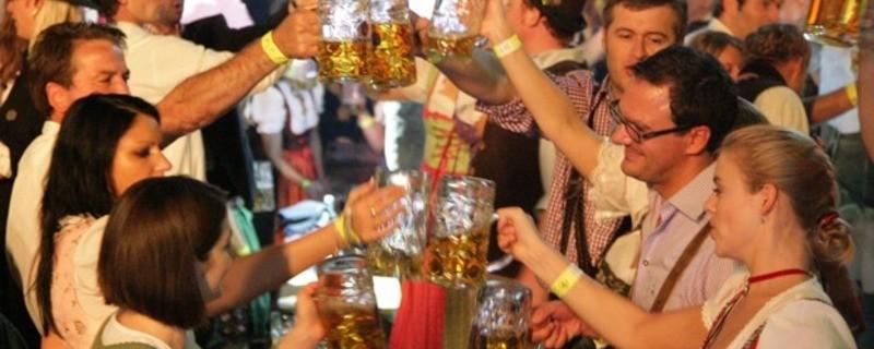 Partystimmung im Wiesn-Zelt Oktoberfest 2014 Stiglmaierplatz