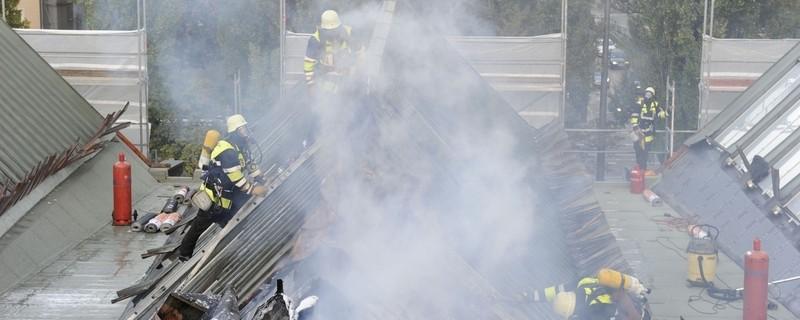 Feuerwehr bei den Löscharbeiten der Sporthalle in Schwabing, © Bild: Feuerwehr München