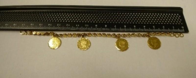 © Polizei: Diese Halskette trug die Verstorbene