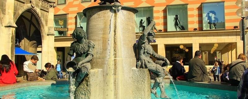 Ein echter Münchner-Treffpunkt: Der Fischbrunnen am Marienplatz, © Ein echter Münchner-Treffpunkt: Der Fischbrunnen am Marienplatz