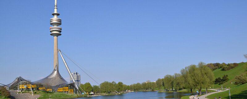 Bild aus dem Olympiapark. Zu sehen sind auch der See und der Olympiaturm., © Wunderschön, der Olympiapark. Foto: Zura aus München