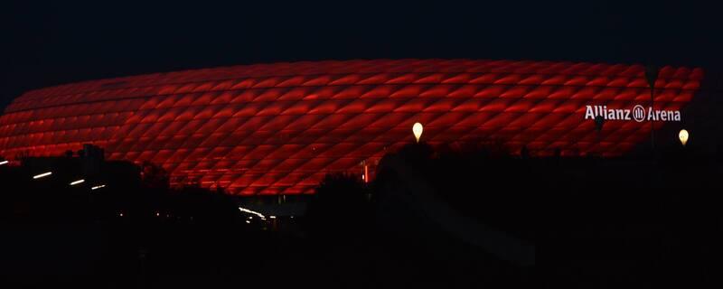 Allianz Arena bei Nacht im strahlenden Bayern-Rot. , © Allianz Arena bei Nacht im strahlenden Bayern-Rot. Foto: Zura aus München