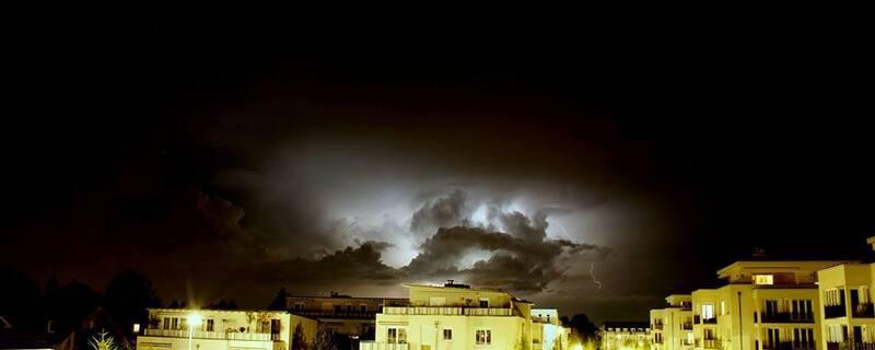 Gewitter in München: Blitze über Trudering, © Danke an DJ Shiny Chris für dieses spektakuläre Wetterbild aus #München.