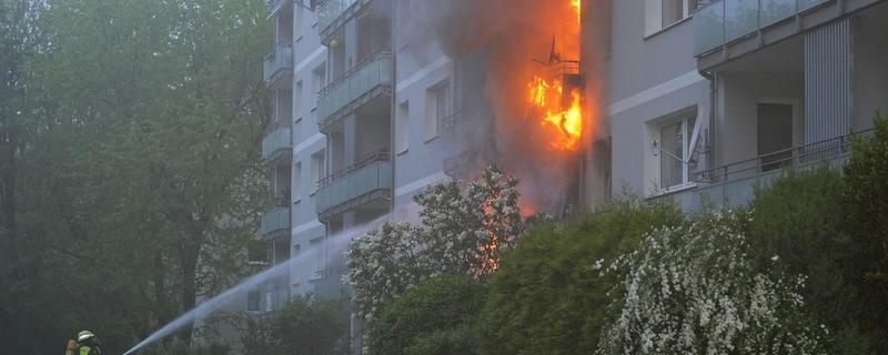 Flammen schießen aus dem Wohnhaus, die Feuerwehr löscht, © Flammen schießen aus dem Wohnhaus als die Feuerwehr eintrifft Foto: Berufsfeuerwehr München