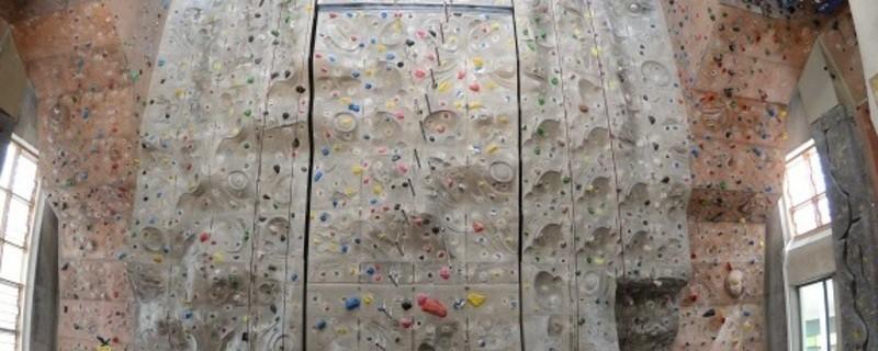 In dieser Kletterhalle können sich Kletterer auch drinnen vergnügen.