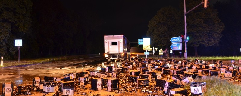 Bierflaschenmeer am Mittleren Ring in München, ein LKW hat tausende Bierflaschen verloren, © Gut 5000 Bierflaschen dürften am Mittleren Ring gelegen haben Foto: Polizei