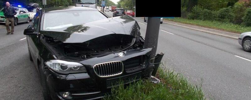 BMW fährt gegen Pfosten