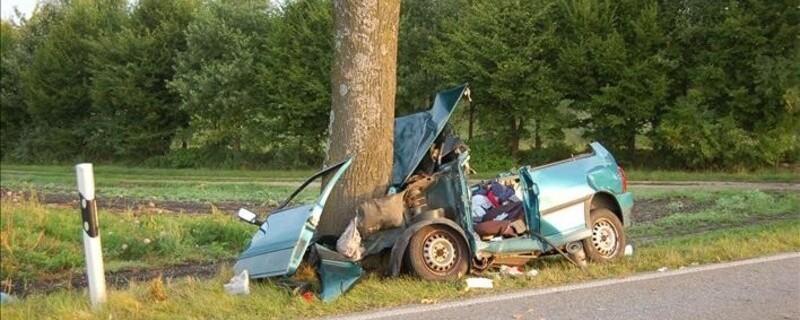 Auto kracht in Baum, © Symbolfoto