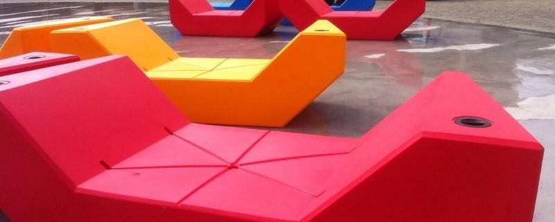 Bunt und knallig. Die neuen Liegemöbel beleben den Willy-Brandt-Platz, © Bunt und knallig. Die neuen Liegemöbel beleben den Willy-Brandt-Platz