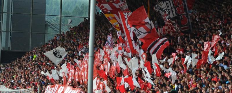 Freiburger Anhang feiert den Sensationssieg gegen Bayern, © Rico Güttich / Vaziri-Elahi / muenchen.tv