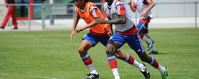 Drei Fußballer beim Projekt buntkicktgut - Fc Bayern, © Das Integrationsprojekt buntkicktgut betreut über 1000 Jugendliche Jungen und Mädchen