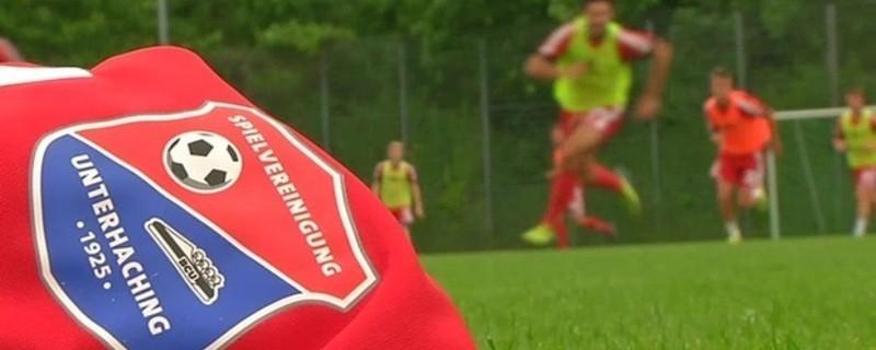 Triko mit Logo und Training im Hintergrund - SpVgg Unterhaching, © Die SpVgg Unterhaching beim Training