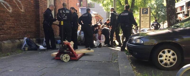 """Blockade und Demo am Münchner Schlachthof, © """"Tierretter"""" und G7-Gegner blockieren gemeinsam den Schlachthof in München"""