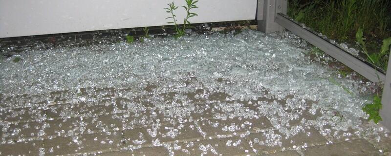 Glasscherben am Boden des S-Bahnpunkts Fasanerie, © Ein Bild der Verwüstung - Glasscherben am Boden der S-Bahn-Haltestelle Fasanerie- Foto: Bundespolizei