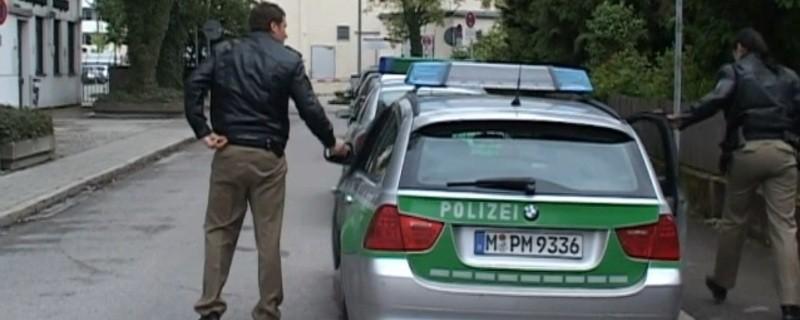 Polizeiauto und Beamte im Dienst, © Symbolfoto - Polizei im Einsatz