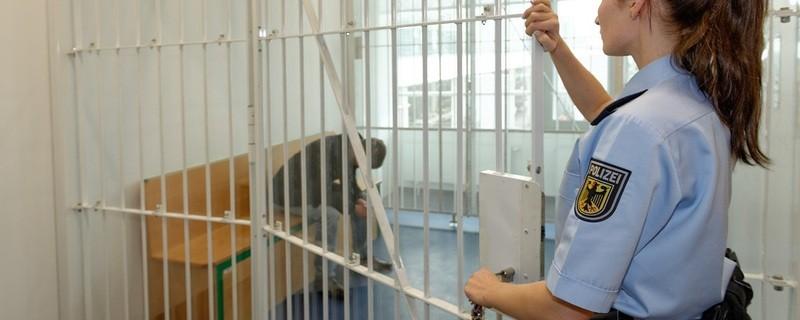 Immer wieder steckt die Bundespolizei Täter hinter Gitter., © Symbolfoto. Foto: Bundespolizei