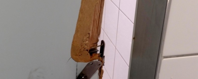 Aufgebrochenes Schloss einer WC-Türe am Hauptbahnhof, © Foto: Bundespolizei