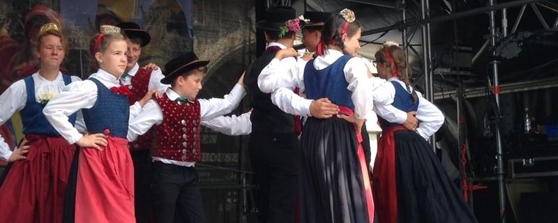 Kinder tanzen zum Stadtgeburtstag auf der Festbühne