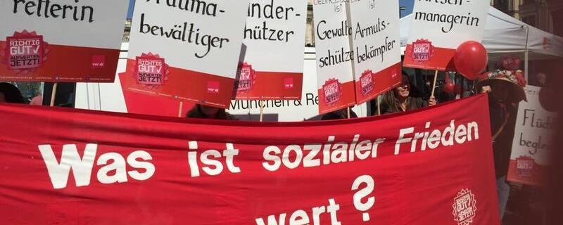 Kita-Streik Erzieherinnen und Erzieher auf der Starße beim Demonstrieren