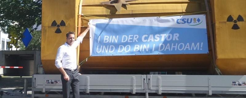 Castor-Nachbau vor CSU-Zentrale, © Grünen-Fraktionschef Ludwig Hartmann mit dem Castor - Bild: Grüne Fraktion Bayern