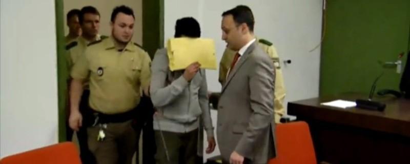 Harun P im Gerichtssaal, © Die Bundesanwaltschaft hat 13 Jahre und sechs Monate Haft für den Angeklagten im Münchner Islamisten-Prozess gefordert.