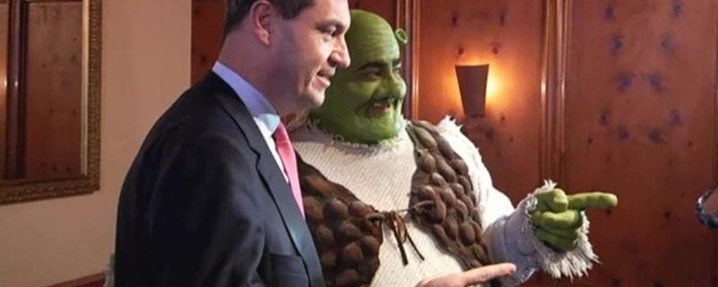 Markus Söder posiert mit Shrek
