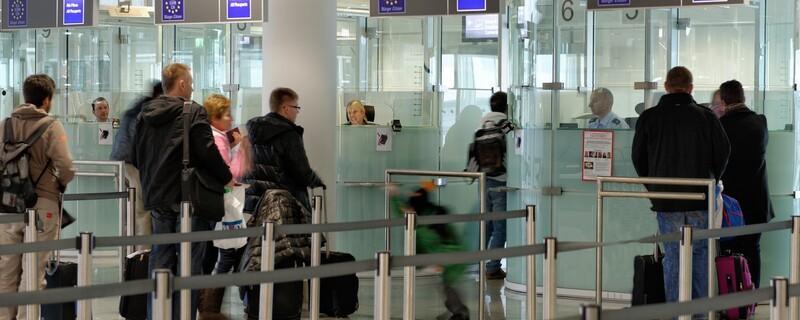 Die Ein- und Ausreisekontrollen der Bundespolizei am Flughafen, Frau wird gefasst, © Ausweiskontrolle am Flughafen - Foto: Bundespolizei