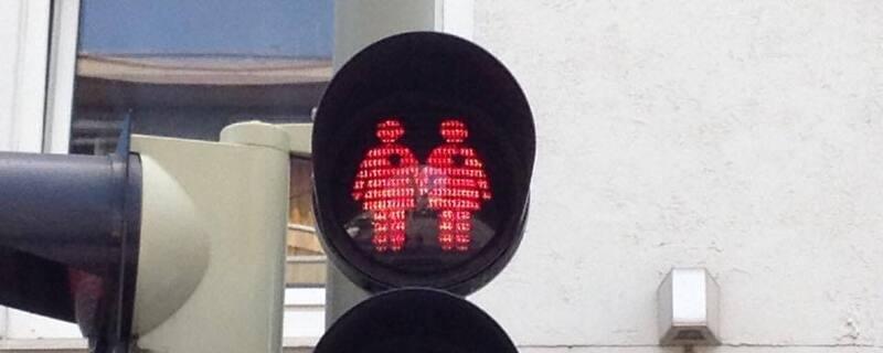 Ampelmännchen Glockenbachviertel lesbisches Paar, © Diese Ampel zeigt ein lesbisches Paar. München will so für Toleranz werben.