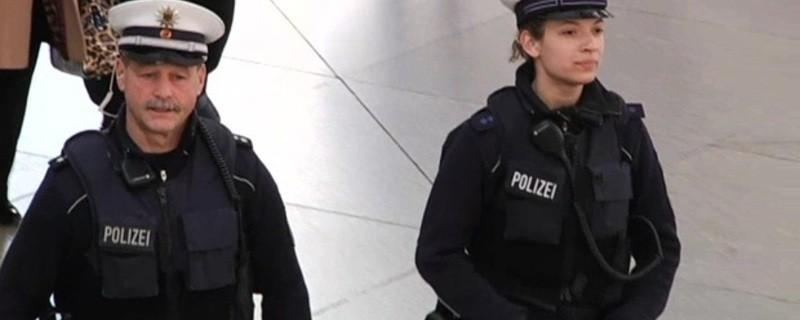 Bundespolizistin und Bundespolizist am Hauptbahnhof bei der Arbeit , © Symbolbild: Bundespolizistin und Bundespolizist am Hauptbahnhof bei der Arbeit