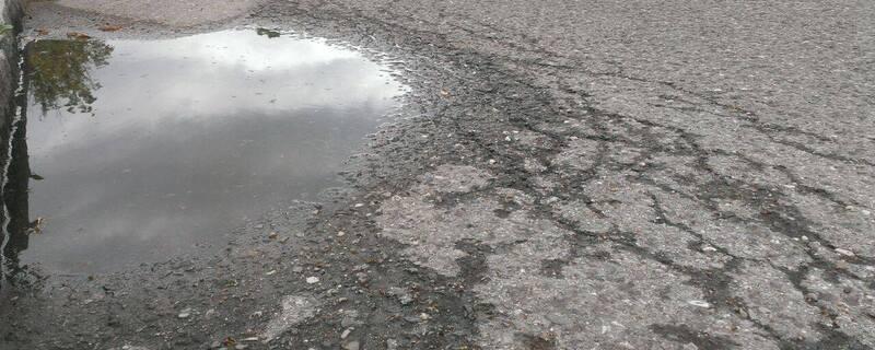 Immer mehr Schlaglöcher müssen provisorisch gestopft werden., © Schlagloch am Straßenrand