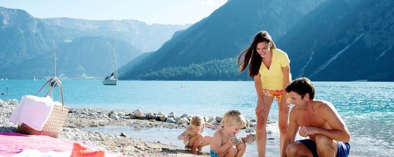 Familie mit Kindern beim Spielen am Rand des Achensees, © Achensee Tourismus