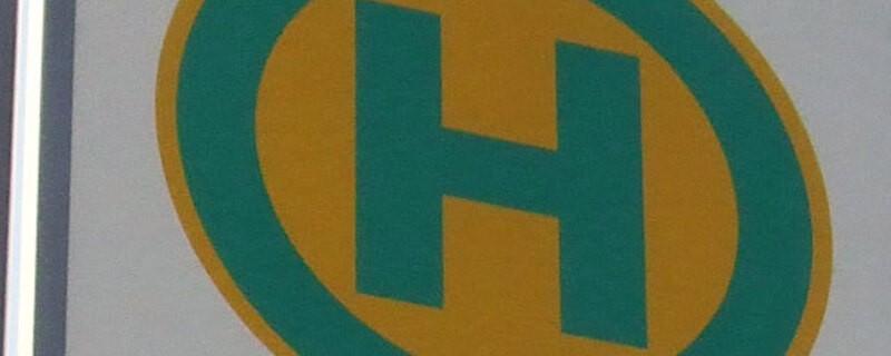 Gelb-grünes Busschild, © Symbolbild