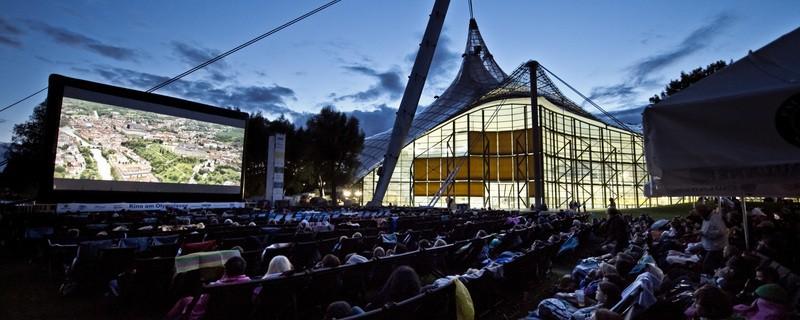 Das Open Air Kino am Olympiasee ist ein toller Geheimtipp in München, © Freiluftkino in toller Kulisse - Foto: Kino am Olympiasee