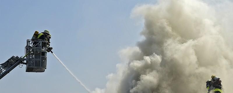 Feuerwehrmann löscht Brand auf Dach, © Foto: Berufsfeuerwehr München