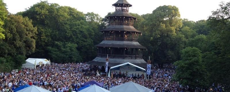 Kocherlball im Englischen Garten, hier tanzt München, © Aussicht auf den Kocherlball - in der Mitte der Chinesische Turm