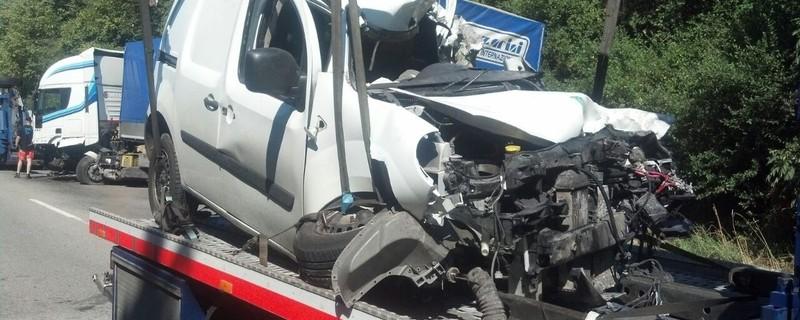 Ein Kleintransporter wird demoliert abgeschleppt, © Der Mann in diesem Kleintransporter hatte keine Chance. Er starb noch am Unfallort Foto: Red