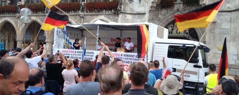 """Pegida-Anhänger jubeln der Bühne zu, © Rund 150 selbsternannte """"Patrioten"""" wollten Bachmann hören Foto: Red"""