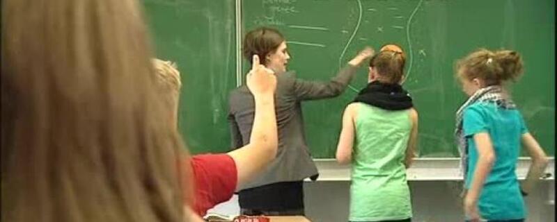 Symbolfoto: Lehrer mit Schülern an der Tafel, © Symbolfoto: Lehrer mit Schülern an der Tafel