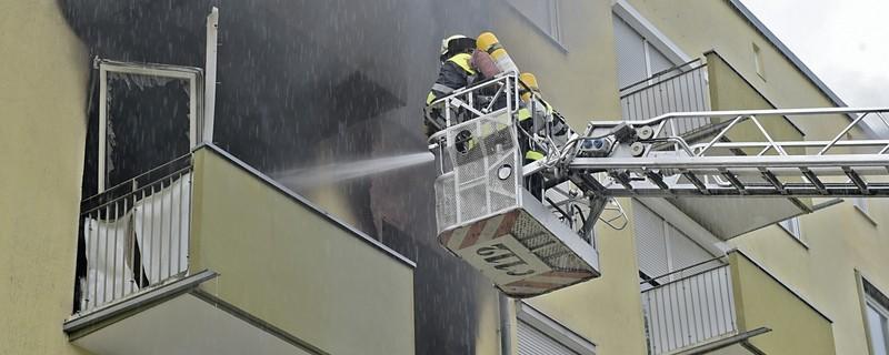 Feuerwehrmänner löschen einen Brand von der Hebebühne aus, © Ein 34-Jähriger setzte vermutlich seine Wohnung aus Verzweiflung in Brand Foto: Feuerwehr München