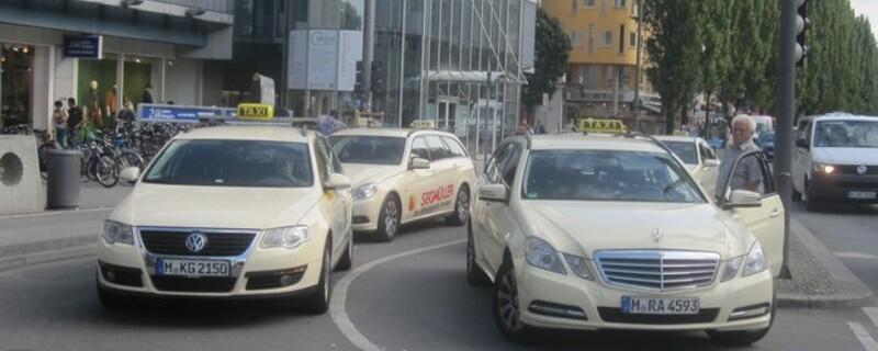 Taxis an der Münchner Freiheit , © Wirft einmal mehr ein schlechtes Licht auf Münchens Taxler Foto: Red