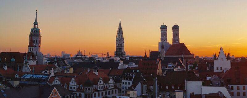 München Dämmerung Panorama, © Die bayerische Landeshauptstadt München in der Dämmerung - Foto: Dirk Schiff/Portraitiert.de