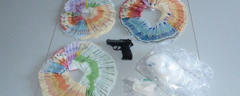 Eine Menge Bargeld und  Kokain; Zoll zerschlägt Händlerring, © Eine Menge Bargeld und  Kokain; Zoll zerschlägt Händlerring - Foto: Zollfahndungsamt München