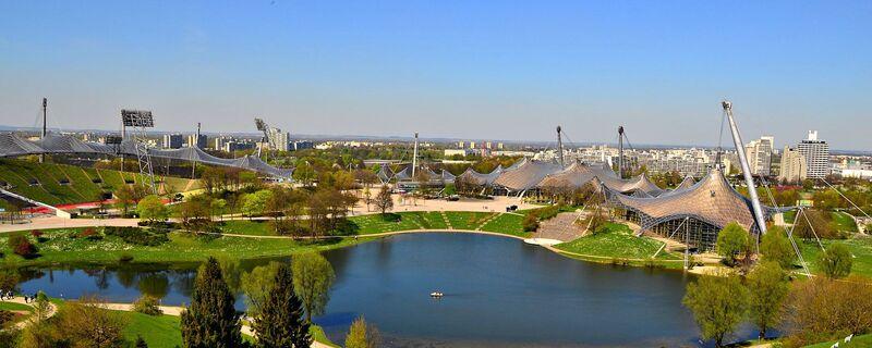 Zu sehen sind der Olympiapark, der See und das Olympiastadion, © Foto: Zura aus München