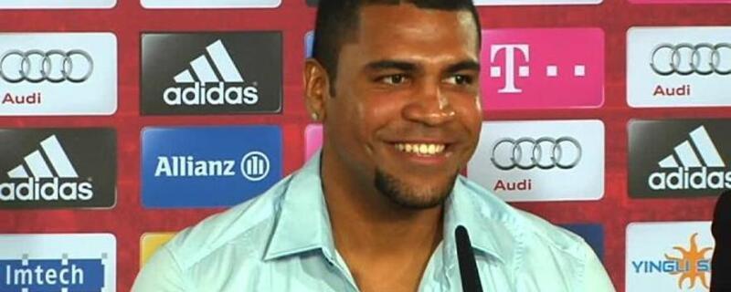 Breno sitzt bei einer Pressekonferenz und lächelt, © Breno kann wieder lächeln Foto: Archiv